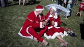 """""""Seperti yang Anda tahu, saya sibuk di sekitar Natal, jadi ini liburan musim dingin saya dan saya pakai untuk bahas hal-hal penting dengan rekan saya,"""" kata seorang santa dari Esbjerg kepada Reuters. (Liselotte Sabroe/Ritzau Scanpix/via REUTERS)"""