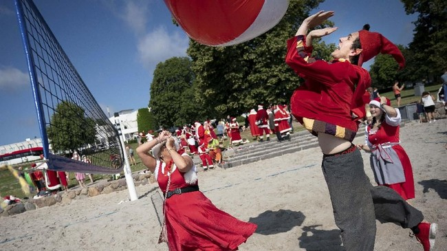 Santa memulai kongres yang menghibur para turis di patung putri Duyung Kopenhagen yang menggambarkan tokoh utama dongeng dari Hans Christian Andersen. (Liselotte Sabroe/Ritzau Scanpix/via REUTERS)