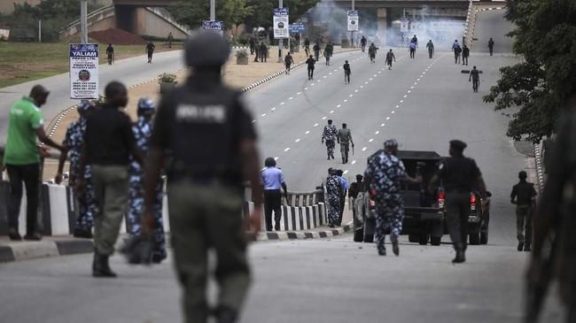 Komite perlindungan jurnalis mengatakan bahwa seorang wartawan bernama Precious Owolabi, tewas tertembak dalam insiden tersebut. Jurnalis untuk stasiun televisi lokal itu diduga terkena peluru nyasar. (Kola SULAIMON / AFP)