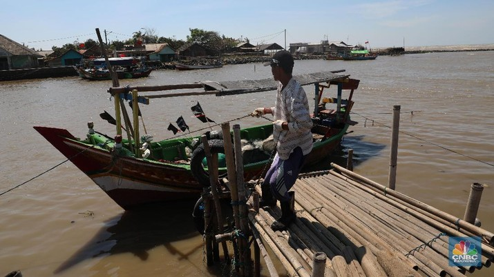 Akibat adanya tumpahan minyak Pertamina di utara laut Karawang membuat hasil tangkapan ikan nelayan di kawasan tersebut menurun.