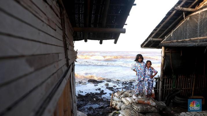 Kondisi ini juga mengakibatkan tangkapan para nelayan turun hingga 50% dan desa mereka menjadi becek dan bau.