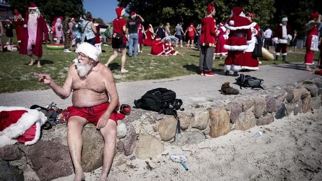 Selama empat hari kongres, para Santa Klaus ini berpawai melalui jalan-jalan di Kopenhagen, mandi di laut dan berlomba di lima pertandingan. (Liselotte Sabroe/Ritzau Scanpix/via REUTERS)