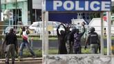 Juru bicara kepolisian Nigeria, Frank Mba mengatakan satu anggota polisi tewas dan dua petugas terluka parah dalam bentrokan tersebut. Sebuah stasiun pemadam kebakaran ikut dibakar massa. (Kola SULAIMON / AFP)