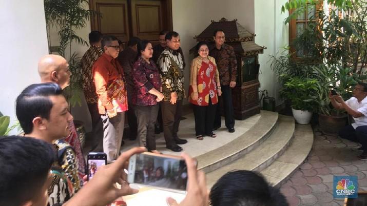 Naik Alphard Putih, Prabowo Tiba di Rumah Megawati