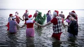Beberapa topik obrolan soal Natal menjadi salah satu topik seru para santa. Termasuk perbedaan soal tanggal Natal. (Liselotte Sabroe/Ritzau Scanpix/via REUTERS)