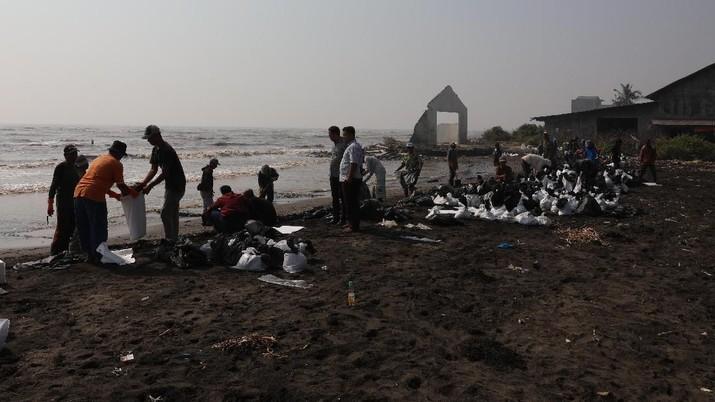 Pesisir pantai tersebut tercemar akibat terjadi kebocoran minyak dan gas di sekitar anjungan lepas pantai YYA-1