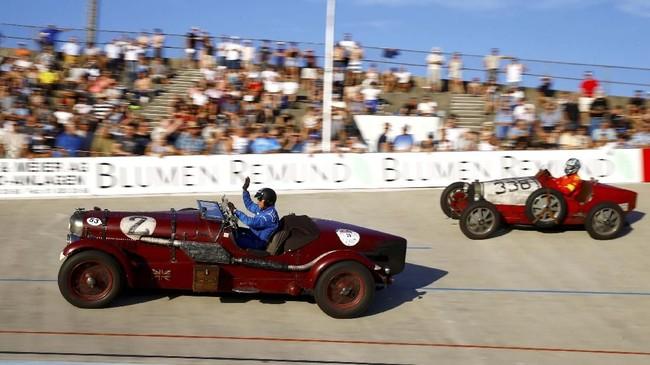 Christoph Karle mengemudikan mobil sport Lagonda 1938 di depanRolf Wyss yang memacu mobil balap Bugatti 51 A 1936 ketika demonstrasi balap Oerlikon di sirkuit sepeda Offene Rennbahn di Zurich, Swiss, pada 23 Juli 2019. (REUTERS/Arnd Wiegmann).