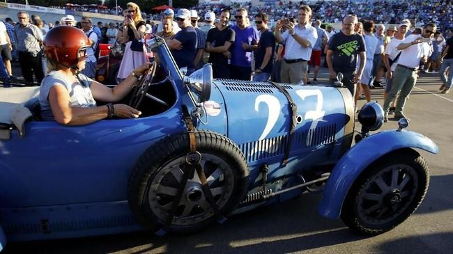 Caroline Bugatti mengendarai Bugatti Type 431929 miliknya ketika demonstrasi balap Oerlikon digelar di sirkuit sepeda Offene Rennbahn di Zurich, Swiss, pada 23 Juli 2019.(REUTERS/Arnd Wiegmann).