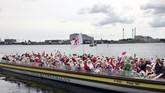 Mereka mengikuti Kongres Sinterklas dunia ke-62 untuk melakukan persiapan awal Natal. (REUTERS/Andreas Mortensen)