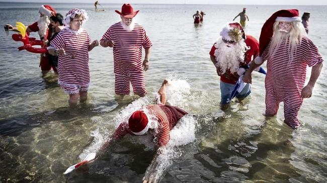"""""""Saya tahu satu santa ingin malam Natal dipindahkan ke tanggal 26, tapi tentu saja kita mengatakan tidak untuk itu,"""" katanya. (Liselotte Sabroe/Ritzau Scanpix/via REUTERS)"""