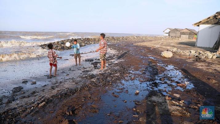 Sebanyak tujuh desa di lima kecamatan Karawang menjadi korban akibat kebocoran minyak dan gas di sekitar anjungan lepas pantai YYA-1