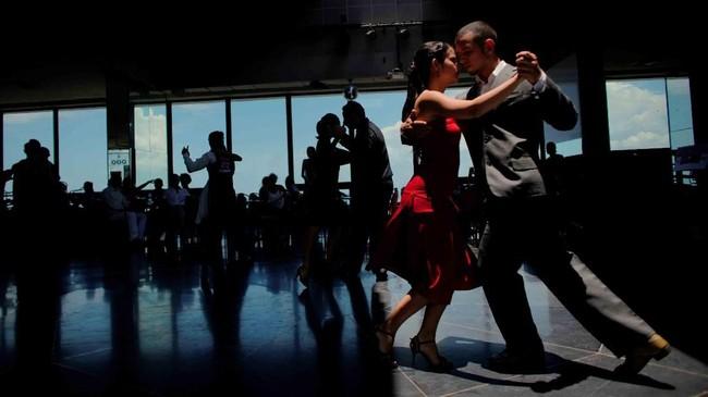 Para peserta ambil bagian di Kejuaraan Dunia Tari Tango di babak kualifikasi wilayah Karibia di Havana, Kuba. (Reuters/Alexandre Meneghini)