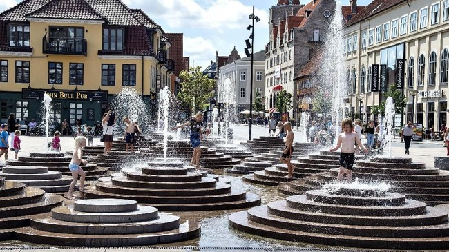 Suasana air mancur ketika suhu mencapai 30 derajat Celcius, di Toldbod Plads di Aalborg, Denmark, Rabu 24 Juli 2019. (Henning Bagger/Ritzau Scanpix via AP)