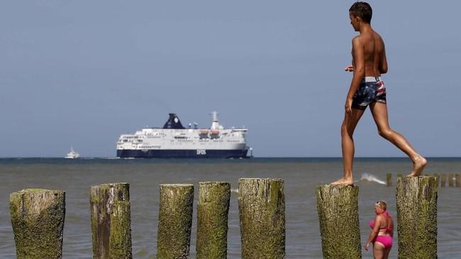 Keramaian di Pantai Sangatte, Prancis, 24 Juli 2019. (REUTERS/Pascal Rossignol TPX IMAGES OF THE DAY)