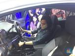 Intip Yuk! Aksi Sri Mulyani dengan Mobil Listrik di GIIAS