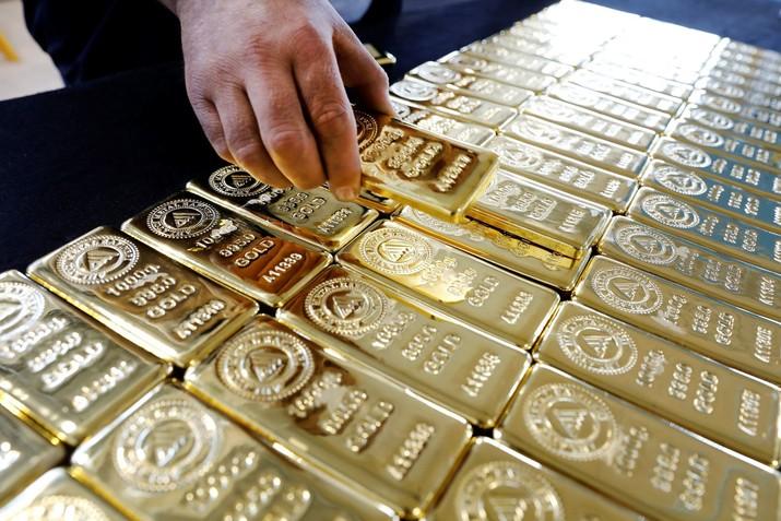 Sudah dua minggu harga emas antam membuat pelaku pasar mengelus dada.