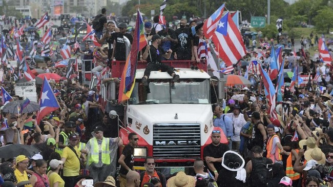 Para pengunjuk rasa mengecam Rossello atas publikasi pesan yang berisi cemoohan terhadap gay, wanita dan korban badai. (AP Photo/Carlos Giusti)