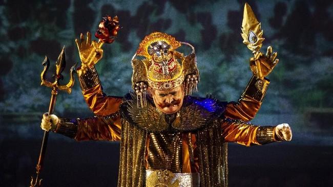 Untuk pertama kalinya, aktor Slamet Rahardjo ikut berperan dalam pementasan Teater Koma sebagai Batara Guru.(ANTARA FOTO/ Dhemas Reviyanto)