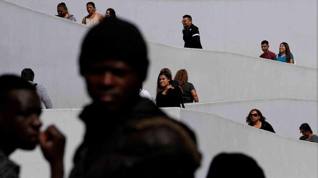 Di luar perbatasan El Chaparral di Tijuana, Meksiko, orang-orang menunggu untuk mengajukan suaka ke Amerika Serikat. (Reuters/Carlos Jasso)