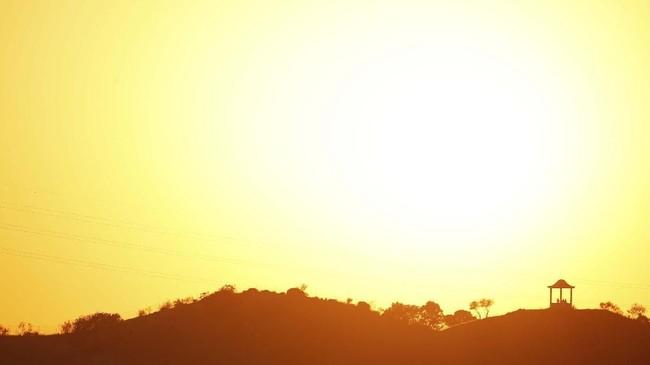 Bayangan orang-orang yang diterpa sinar matahari terbenam di El Mirador de la Alemana, ketika gelombang panas menghantam Spanyol, di Malaga, selatan Spanyol, pada 24 Juli 2019. (REUTERS/Jon Nazca)