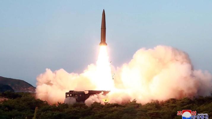 Gaya Santai Kim Jong Un Saat Peluncuran Rudal Korea Utara