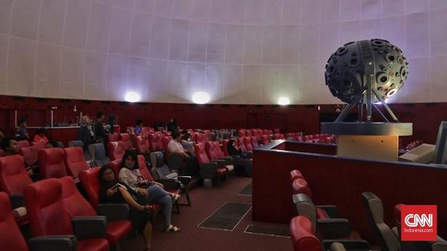 Sejumlah komponen utama seperti lampu, dimmer, Digital Servo Module (DSM) yang digunakan star ball memproyeksikan aktivitas astronomi sudah tidak memiliki suku cadang pengganti. (CNN Indonesia/Adhi Wicaksono)