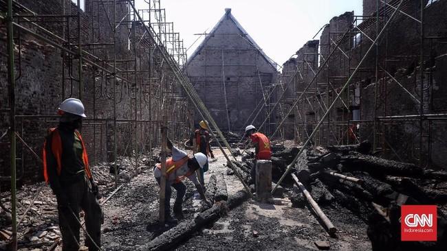 Pekerja menyelesaikan proyek konservasi Museum Bahari di Penjaringan, Jakarta, 26 Juli 2019. (CNN Indonesia/Hesti Rika)
