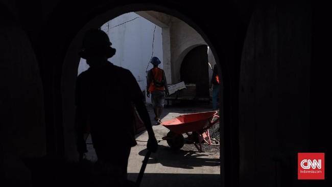 Petugas memberi partisi untuk membatasi antara wilayah proyek dan area wisata selama proses konservasi. (CNN Indonesia/Hesti Rika)