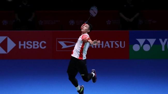 Jonatan Christie melompat untuk melakukan smes saat menghadapi wakil Denmark, Jan O Jorgensen, di semifinal Japan Open 2019, Sabtu (27/7). Jonatan menang mudah dengan dua gim langsung 21-14, 21-14 atas Jorgensen. (Dok.PBSI)