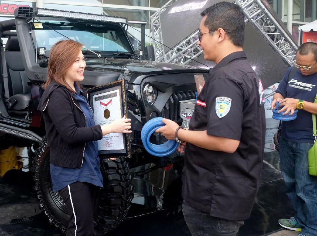 Pemecahan rekor ini dimulai pada tanggal 21-27 Juli 2019, dengan membebani Prime menggunakan mobil Jeep yang memiliki bobot sekitar 2 Ton. Meski telah dibebani selama seminggu, Prime sama sekali tidak rusak ataupun berubah bentuk. Foto: dok. Prime