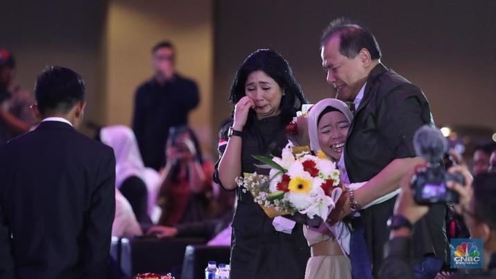 Chairman CT Corp Chairul Tanjung dan Pendiri CT Arsa foundation Anita Ratnasari Tanjung di acara Alumni CT Arsa Foundation di Auditorium Bank Mega, Jakarta, Sabtu (27/7). (CNBC Indonesia/Muhammad Sabki)