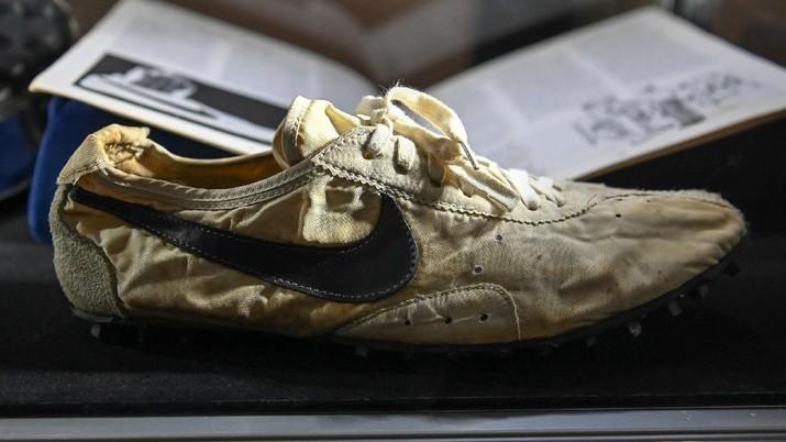 Ini memecahkan rekor dunia untuk harga sepatu kets termahal yang dijual dalam pelelangan.
