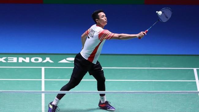 Pebulutangkis tunggal putra Indonesia, Jonatan Christie, mengembalikan bola ke arah pebulutangkis Denmark, Jan O Jorgensen, di semifinal Japan Open 2019, Sabtu (27/7). (Dok. PBSI)