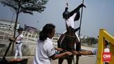 Seorang atlet berkuda mempersiapkan diri sebelum tampil di Indonesia Horse Show 2019. (CNN Indonesia/Hesti Rika)