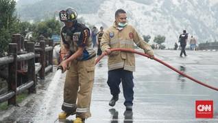 Petugas Gabungan Bersihkan Abu Sisa Erupsi Tangkuban Parahu
