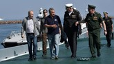 Presiden Rusia, Vladimir Putin, mengunjungi bangkai kapal selam ShCh-308 ' Syomga' yang tenggelam terkena ranjau saat Perang Dunia II. (Sputnik/Aleksey Nikolskyi/Kremlin via REUTERS)