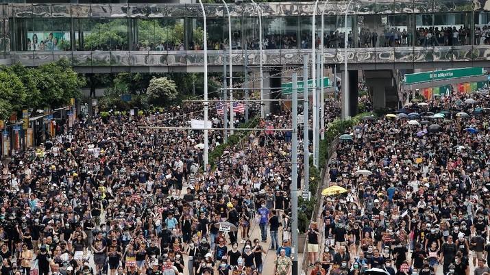 Aksi unjuk rasa kembali pecah di Hong Kong, Minggu (28/7), pengunjuk rasa kompak memakai pakaian hitam dan berkumpul di Central, Hong Kong.