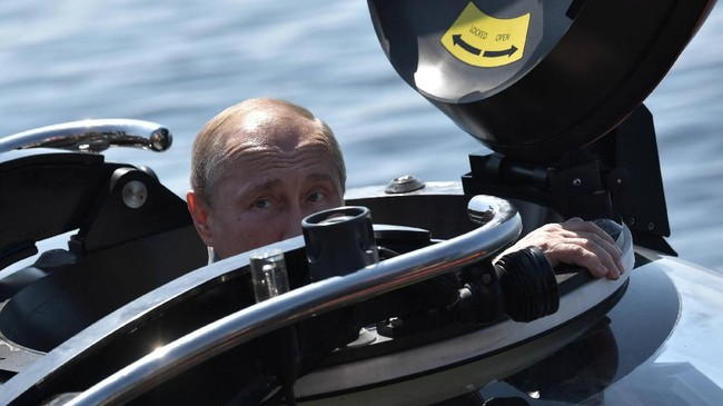 Putin harus menyelam sedalam 50 meter untuk melihat langsung bangkai kapal ShCh-308 'Syomga' (Salmon Atlantik).(Sputnik/Aleksey Nikolskyi/Kremlin via REUTERS)