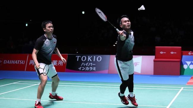 The Daddies yang bertemu Minions pada final Indonesia Open 2019 sepekan lalu, kembali harus mengakui keunggulan sang junior. Kevin/Marcus menang 21-18 dan 23-21 dalam laga yang berdurasi 36 menit.