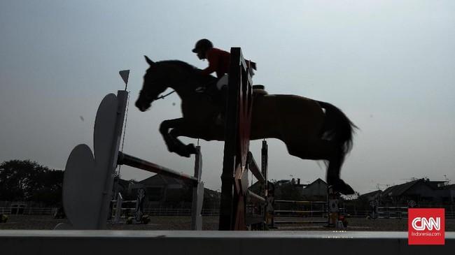Nomor show jumping atau lompat rintangan merupakan salah satu yang dipertandingkan pada Indonesia Horse Show 2019. (CNN Indonesia/Hesti Rika)