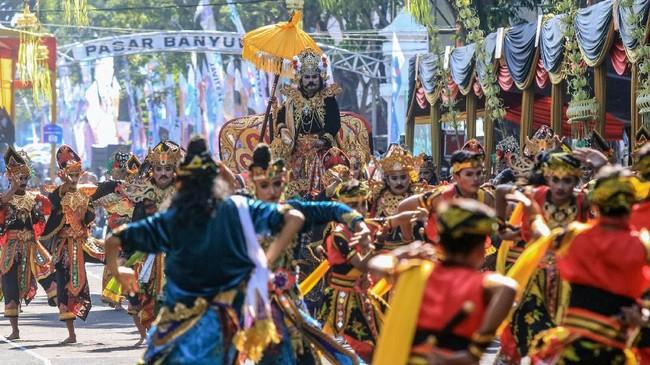 Pembuatan kostum berdurasi satu sampai dua minggu. Tentu saja karnaval menggerakan perekonomian di Jember. (ANTARA FOTO/Budi Candra Setya)