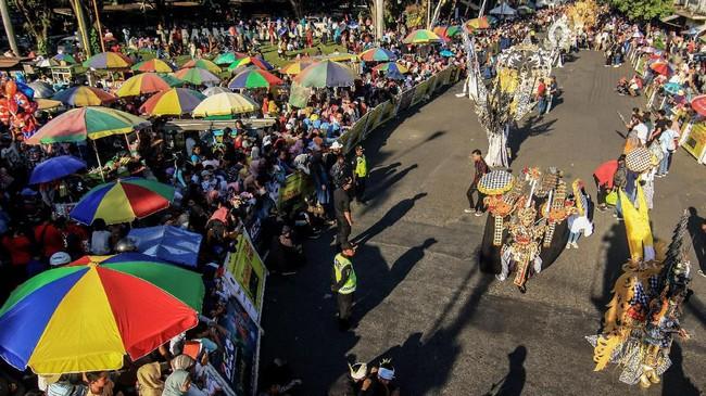 Pembuat kostum karnaval mengaku mendapat 'cuan' selama penyelenggaraan. Satu baju dihargai Rp3 juta sampai Rp12juta. (ANTARA FOTO/Budi Candra Setya)
