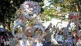 Model memperagakan kostum ethnik pada gelaran Banyuwangi Ethno Carnival di Taman Blambangan, Banyuwangi, Jawa Timur. (ANTARA FOTO/Budi Candra Setya)