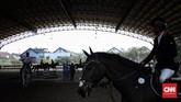 Sejumlah atlet berkuda berlatih sebelum tampil di Indonesia Horse Show 2019 di Jakarta International Equestrian Park (JIEP), Pulomas, Jakarta, Minggu (28/7). (CNN Indonesia/Hesti Rika)