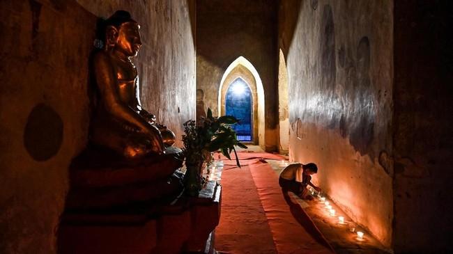 Di dalam komplek Bagan terdapat sekitar 4.446 kuil Buddha. Hingga saat ini tersisa sekitar 2.217 kuil yang masih utuh. (AFP Photo/Ye Aung Thu)