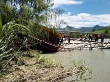 Truk Tiang Listrik Terperosok Akibat Patahnya Jembatan Kayu