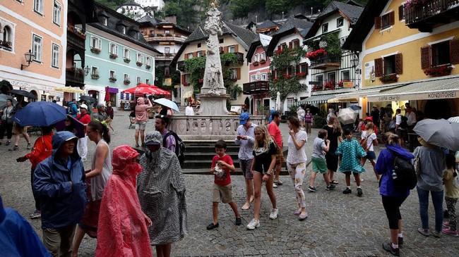 Pemerintah kota Hallstatt berharap keramaian turis tidak menimbulkan overtourism.(REUTERS/Lisi Niesner)