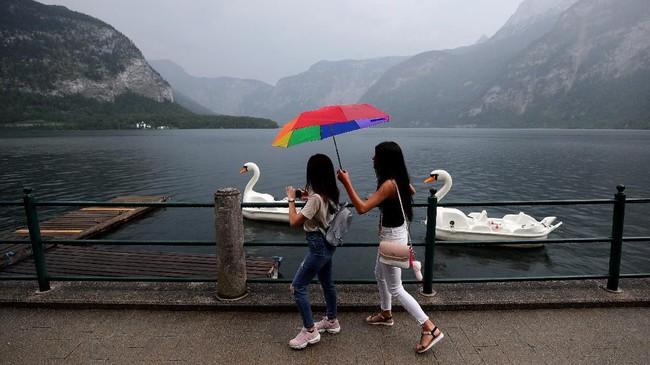 Turis di Danau Hallstaettersee, Hallstatt, Austria. (REUTERS/Lisi Niesner)