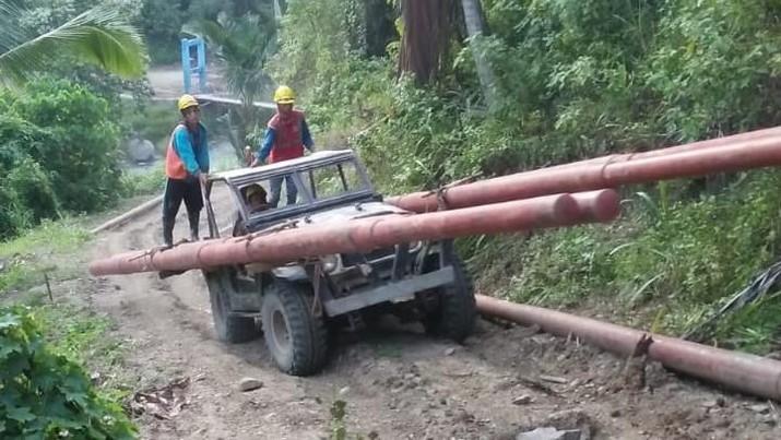 Perjuangan PLN harus terkendala saat truk berisikan tiang listrik terperosok di jembatan kayu yang hubungkan Kabupaten Tojo Unauna dan Bangga,  Sulawesi Tengah.