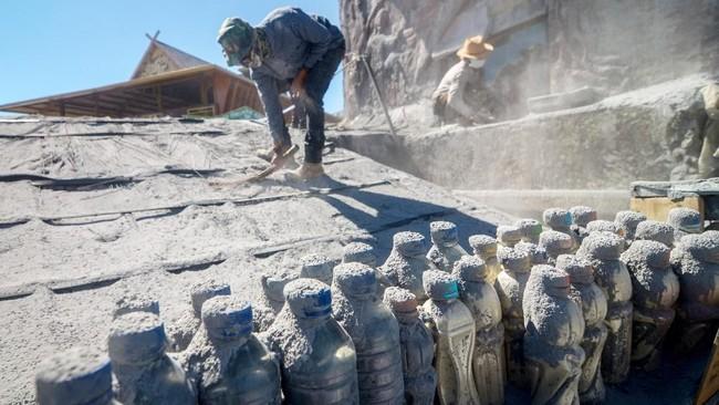 Abu vulkanik yang menyelimuti kawasan sekitar Tangkuban Perahu cukup tebal sehingga warga harus mengenakan masker agar tak menghirup debu. (ANTARA FOTO/Raisan Al Farisi/ama)